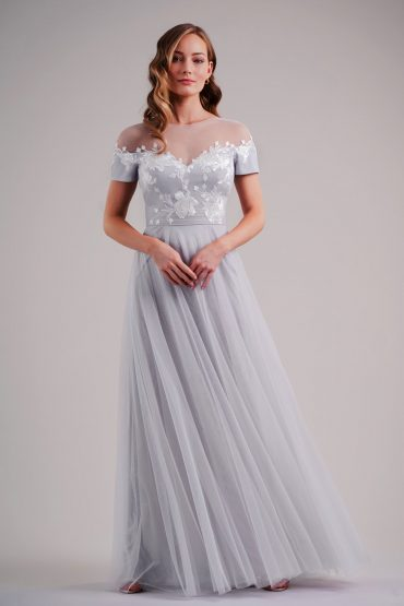 Long bridesmaids dress, light gray, with flowy skirt and short sleeves